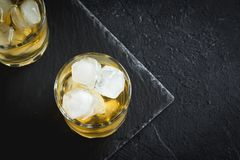 Whisky på vaggar med citronen Arkivbilder