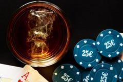 Whisky, poker och pengar Arkivbilder