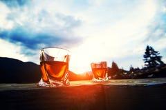 whisky przy zmierzchu dramatycznym niebem na g?ra krajobrazu tle obrazy royalty free