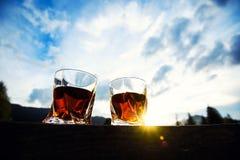 whisky przy zmierzchu dramatycznym niebem na g?ra krajobrazu tle fotografia stock