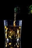 Whisky que es vertido Fotos de archivo libres de regalías
