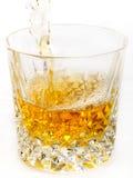 Whisky que es vertido Imágenes de archivo libres de regalías
