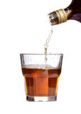 Whisky que es vertido en un vidrio Fotografía de archivo