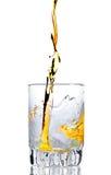 Whisky, Rum oder irgendein anderer goldener Alkohol, die gegossen wird Lizenzfreie Stockfotos