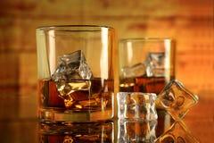 Whisky Rumowi szkła z kostkami lodu zdjęcie royalty free