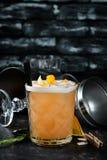Whisky Sauer Alkoholisches Cocktail in einem Glas Auf einem h?lzernen Hintergrund lizenzfreie stockfotos
