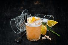 Whisky Sauer Alkoholisches Cocktail in einem Glas stockbilder