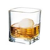 Whisky schone die ijsblokjes op witte achtergrond worden geïsoleerd Stock Fotografie