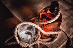 Whisky starzejący się elita alkohol na drewnianym tle fotografia stock