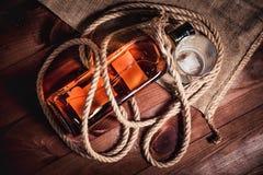 Whisky starzejący się elita alkohol na drewnianym tle obrazy stock