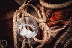 Whisky starzejący się elita alkohol na drewnianym tle zdjęcia stock