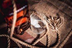 Whisky starzejący się elita alkohol na drewnianym tle zdjęcie royalty free