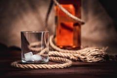 Whisky starzejący się elita alkohol na drewnianym tle zdjęcia royalty free