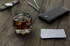 Whisky, teléfono, reloj Fotos de archivo libres de regalías
