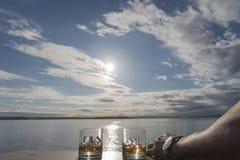 Whisky twee op rotsen aan de zon royalty-vrije stock afbeeldingen