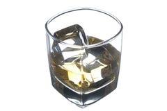 Whisky in un vetro su una priorità bassa bianca Fotografia Stock