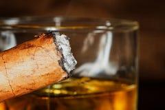 Whisky und eine Zigarre stockfotos