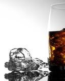 Whisky und Eis in einem transparenten Glas auf einem hellen Hintergrund Lizenzfreies Stockfoto