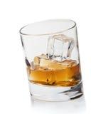 Whisky- und Eiswürfellokalisierung auf einem Weiß Stockfoto