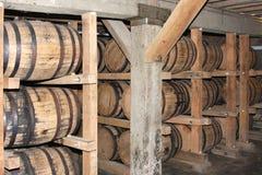 Whisky of wijn die in vaten verouderen stock foto