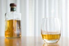 Whisky y botella Imagen de archivo libre de regalías