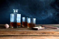 Whisky y cigarro en la tabla de madera Fotografía de archivo libre de regalías