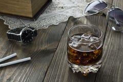 Whisky y cola, vidrios y cigarrillos Fotografía de archivo libre de regalías