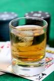 Whisky y tarjetas fotos de archivo