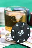 Whisky y tarjetas foto de archivo