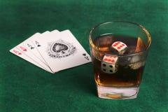 Whisky y tarjetas que juegan foto de archivo libre de regalías