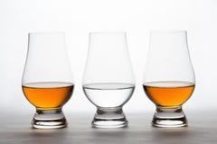 Whisky y vodka en Crystal Tasting Glasses Fotos de archivo