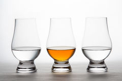 Whisky y vodka en Crystal Tasting Glasses Fotos de archivo