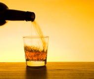 Whisky y whisky que son vertidos Imagenes de archivo