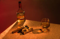 Whisky z cygarem nad brown tłem Fotografia Royalty Free