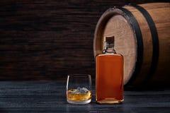 Whisky z kostką lodu na drewnianym stole Fotografia Stock