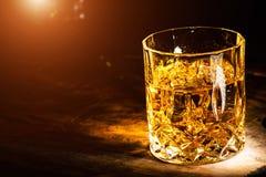 Whisky z kostka lodu na drewnianym tle obraz royalty free