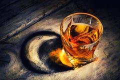 Whisky z kostka lodu na drewnianym tle obrazy royalty free