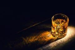 Whisky z kostka lodu na drewnianym tle zdjęcie stock