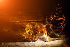 Whisky z kostka lodu na drewnianym tle zdjęcie royalty free