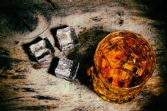 Whisky z kostka lodu na drewnianym tle fotografia stock