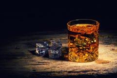 Whisky z kostka lodu na drewnianym tle zdjęcia royalty free