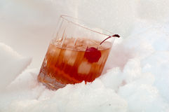 Whiskycocktail im Schnee Stockfotos