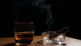 Whiskydranken met rokende sigaren stock videobeelden