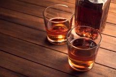 Whiskydranken op houten lijst stock foto's