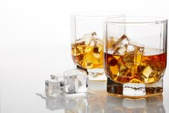Whiskyexponeringsglas med is Fotografering för Bildbyråer
