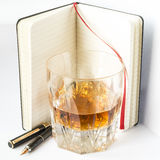 Whiskyexponeringsglas med reservoarpennan och anmärkning, kreativitet och lifestyl Arkivfoto