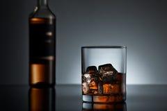 Whiskyexponeringsglas och flaska Royaltyfria Bilder