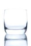 Whiskyexponeringsglas som isoleras på vit bakgrund med en reflexion Royaltyfria Bilder