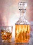 Whiskyflasche mit Glas lizenzfreies stockbild