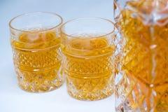 Whiskyflasche und -gase lokalisiert auf wei?em Hintergrund lizenzfreie stockfotografie